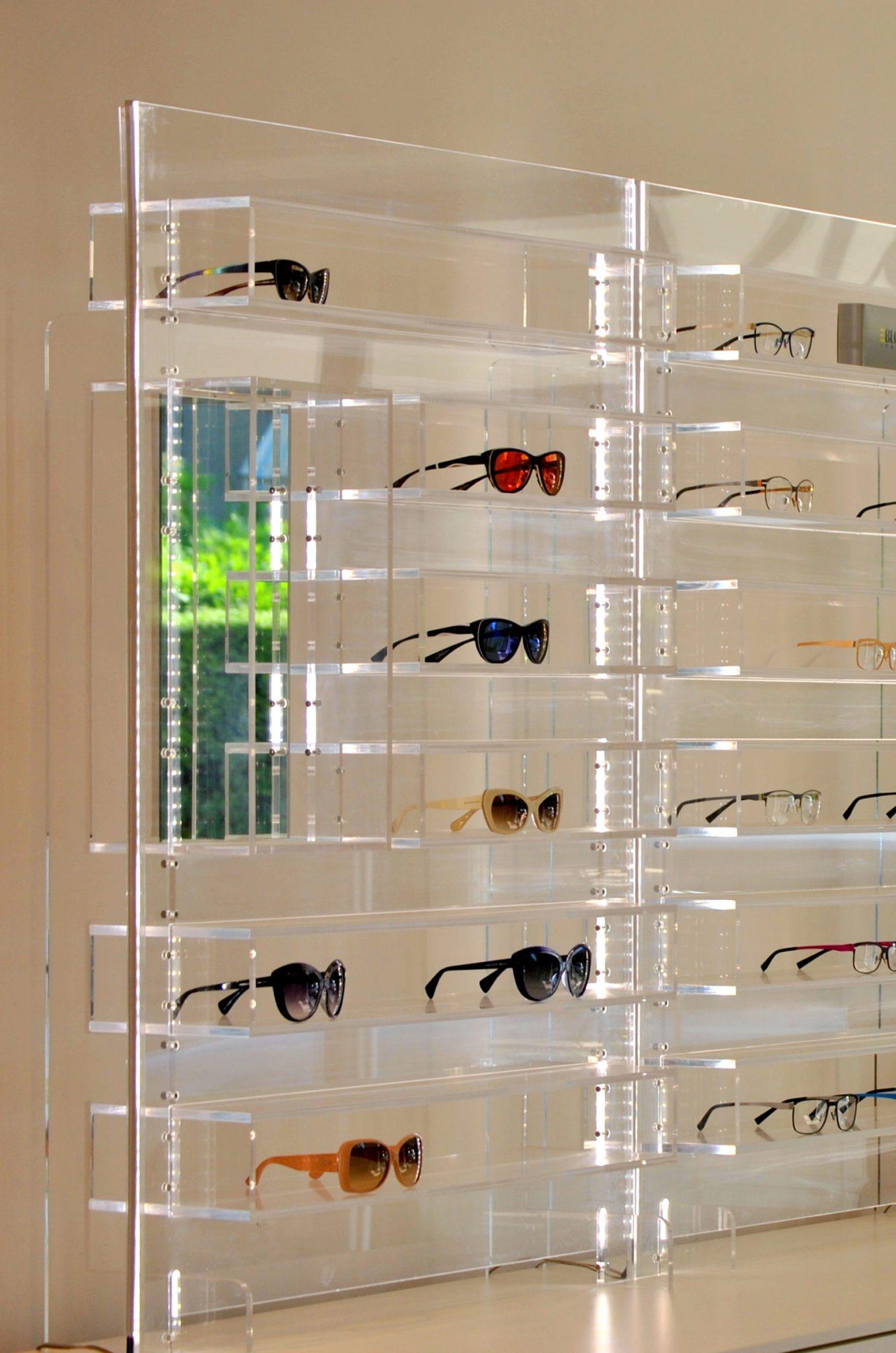 Arredamento per negozi arredamento negozio ottica in - Mobili in plexiglass ...